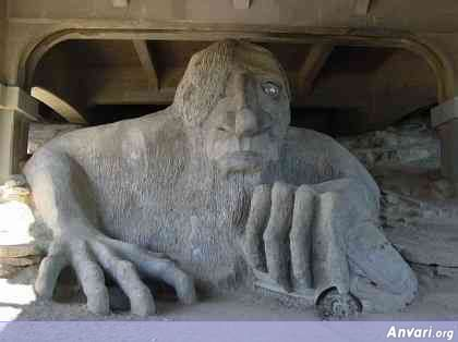 44a2431b01ce7636501980 - Strange Statues around the World