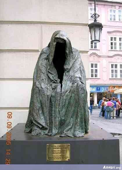 44a2431b6125b914703845 - Strange Statues around the World