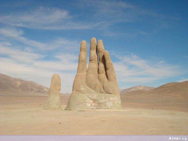 Hand Of The Desert 630x472 - Strange Statues around the World