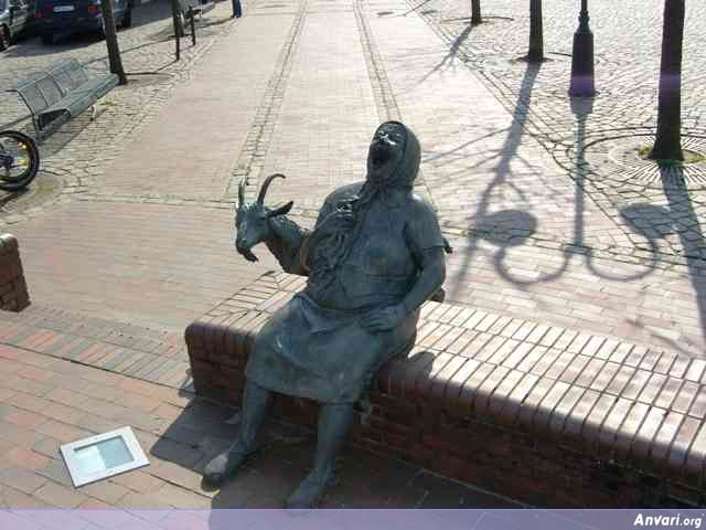 bilder 193 - Strange Statues around the World