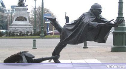 44a2431e8f06d292396818 - Strange Statues around the World 2